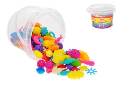 Sada korálků v kbelíku