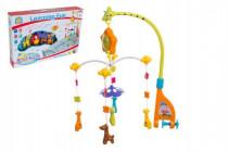 Kolotoč nad postýlku žirafy plast hrající